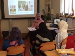 Naima geeft in het Arabisch voorlichting aan Syrische en Somalische meiden