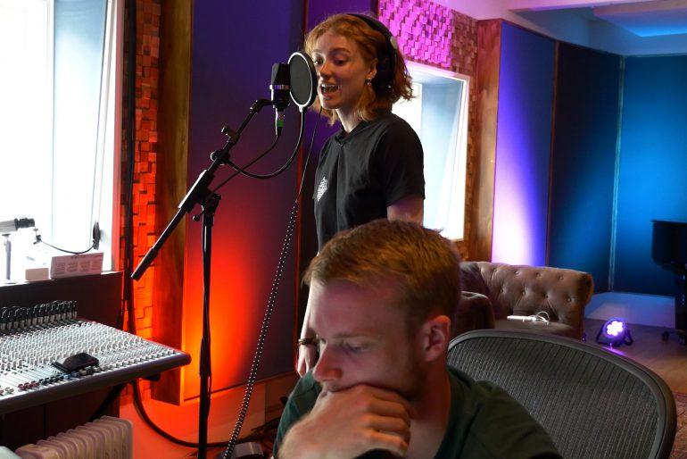 Chicks On Screen duikt de studio in met zangeres Froukje