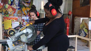 Chicks on screen: de chicks onderzoeken de verbindende kracht van kunst